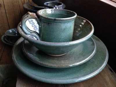 Round dinnerware in Gloss Green